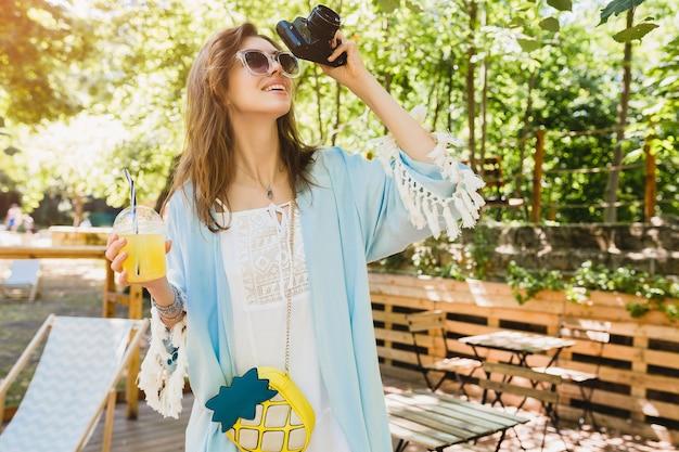 Mujer joven atractiva en traje de moda de verano