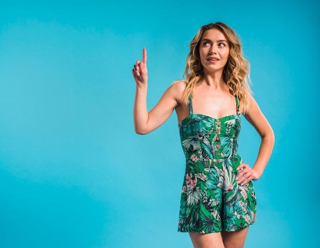 Mujer joven atractiva en vestido florecido que destaca