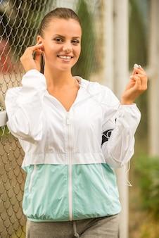 Mujer joven con auriculares durante los ejercicios matinales.