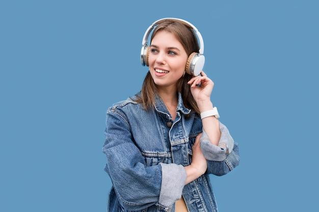 Mujer joven, con, auriculares