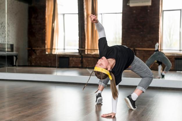 Mujer joven bailando frente a estudio