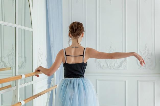 Mujer joven bailarina de ballet clásico en clase de baile