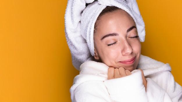 Mujer joven con bata de baño relajante