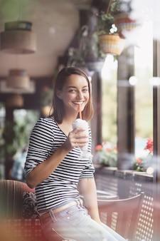 Mujer joven, bebida, batido