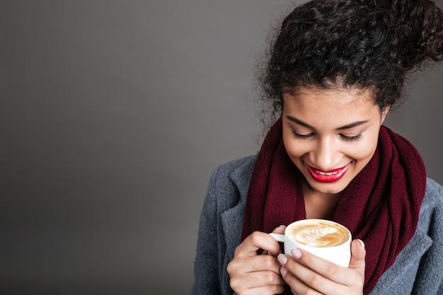 Mujer joven, bebida, café