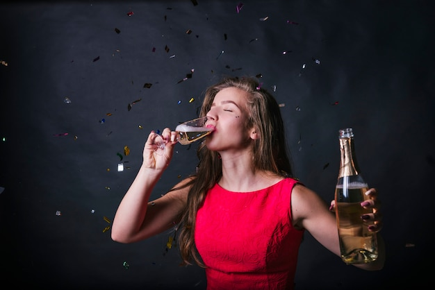 Mujer joven, bebida, champaña