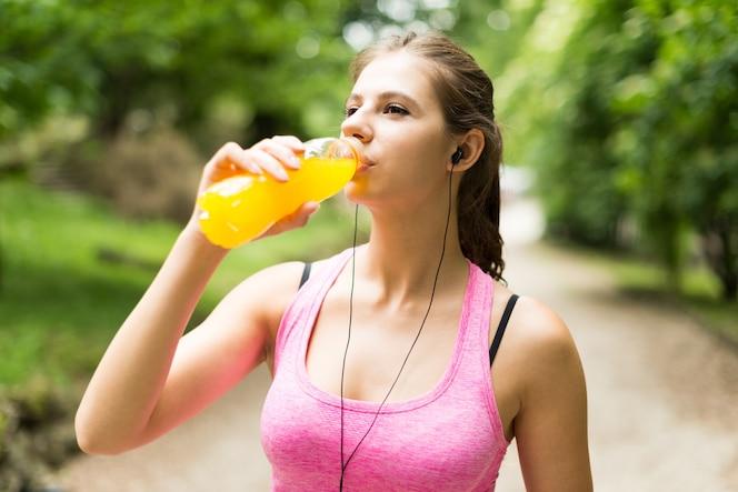 Mujer joven, bebida, después, deporte