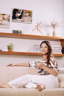 Mujer joven, bebida, té