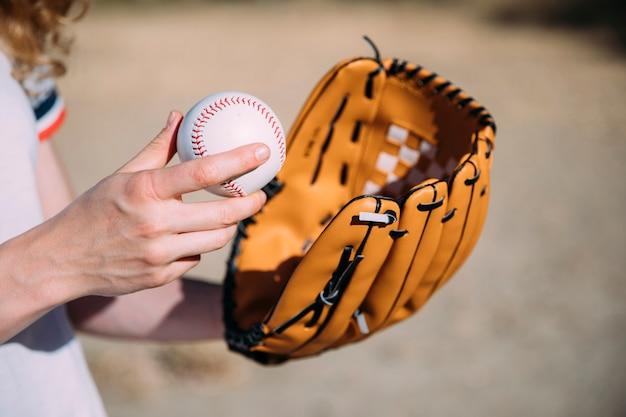 Mujer joven con béisbol y guante