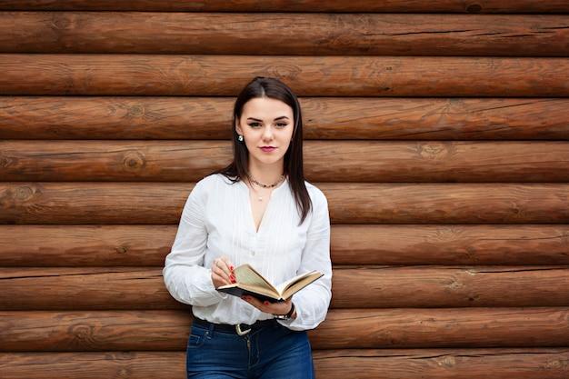 Mujer joven belleza leer libro.