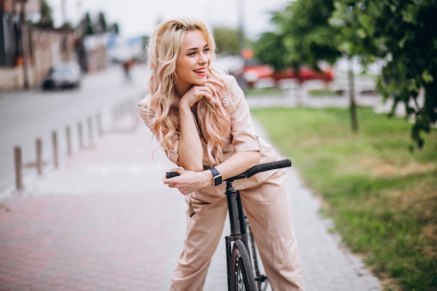 Mujer joven en una bicicleta en el parque