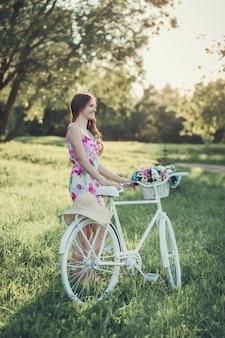 Mujer joven, con, un, bicicleta