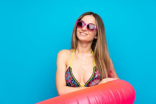 Mujer joven en bikini en vacaciones de verano mirando hacia arriba mientras sonríe