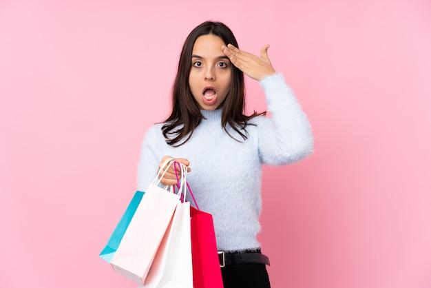 Mujer joven con bolsa de compras acaba de darse cuenta de algo y tiene la intención de encontrar la solución