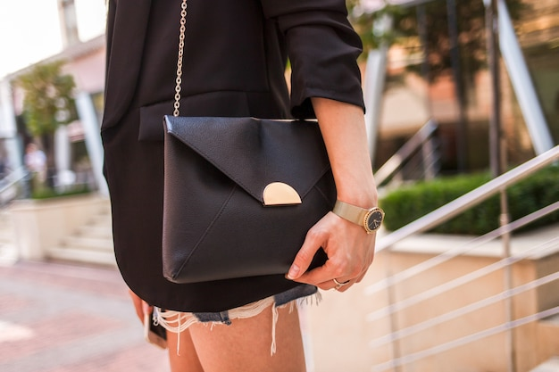 Mujer joven con bolsa negra