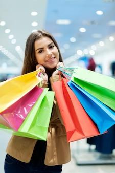 Mujer joven, con, bolsas de compras