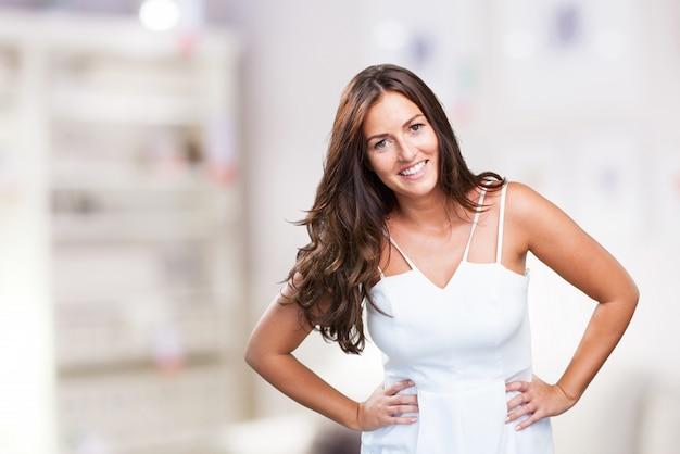 Mujer joven y bonita que presenta en blanco