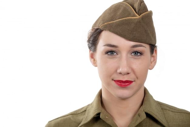 Una mujer joven y bonita con uniforme de wwii con gorra de guarnición en blanco