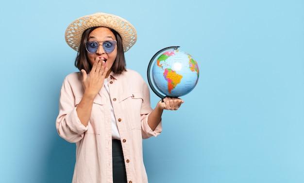 Mujer joven bonita viajera con un mapa del mundo. concepto de viaje o vacaciones