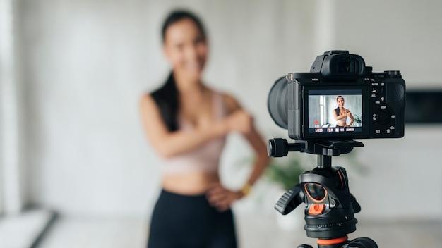 Mujer joven borrosa mostrando ejercicios deportivos