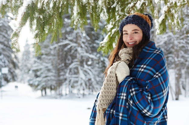 Mujer joven en bosque de invierno