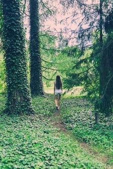 Mujer joven en bosque salvaje