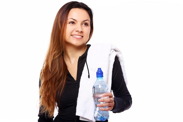 Mujer joven con botella en manos