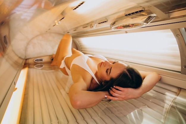 Mujer joven, broncearse, en, solarium