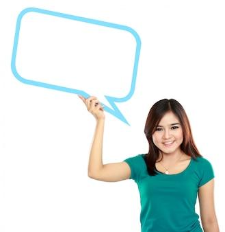 Mujer joven con burbuja de texto en blanco en especificaciones