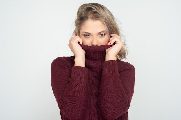Mujer joven en busca de cuello alto
