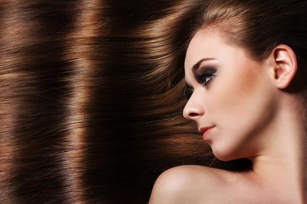 Mujer joven con un cabello hermoso