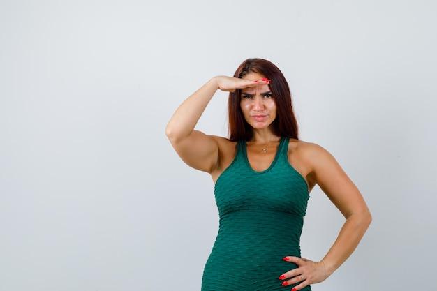 Mujer joven con cabello largo en un bodycon verde