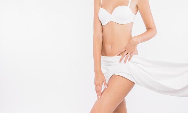 Mujer joven con caderas cubiertas