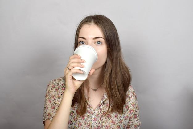 Mujer joven con café en sus manos
