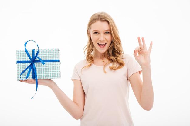 Mujer joven con caja de regalo sorpresa