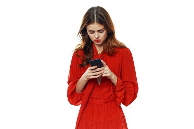 Mujer joven con cajas de regalos en sus manos en el estudio sobre un fondo de color en ropa hermosa, vendiendo regalos, feliz navidad y año nuevo