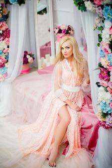 Mujer joven, en cama, con, flores