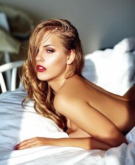 Mujer joven, en cama, por la mañana
