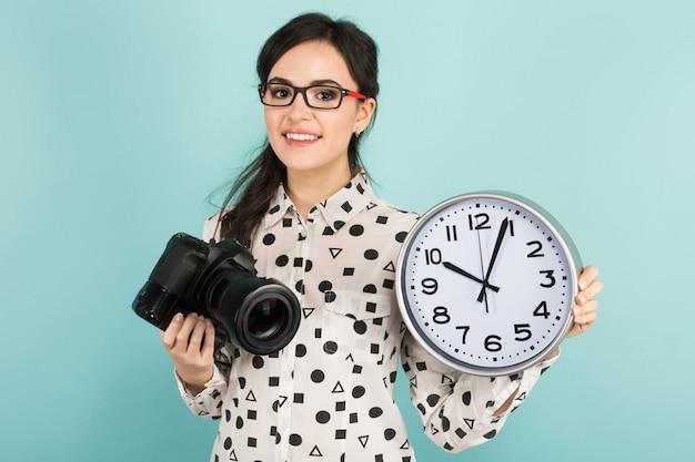 Mujer joven con cámara y relojes