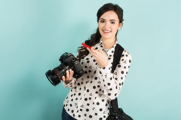 Mujer joven con cámara y su estuche