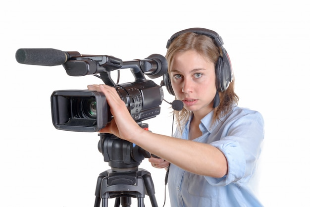 Mujer joven con una cámara de video y auriculares