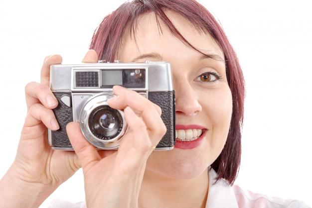 Mujer joven con cámara vintage. estilo de vida juvenil