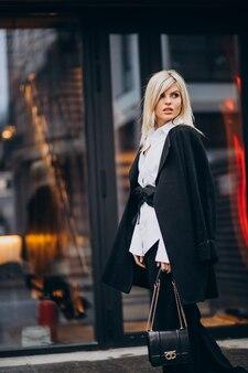 Mujer joven caminando por el edificio