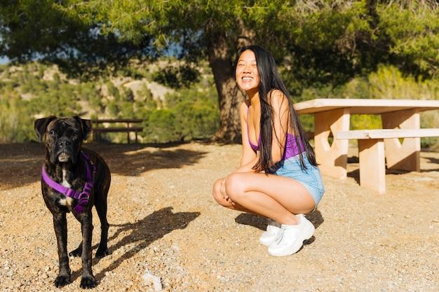 Mujer joven, en, caminata, con, perro