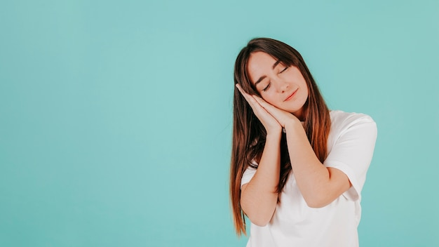 Mujer joven en camiseta blanca durmiendo