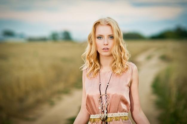 Mujer joven en campo de trigo