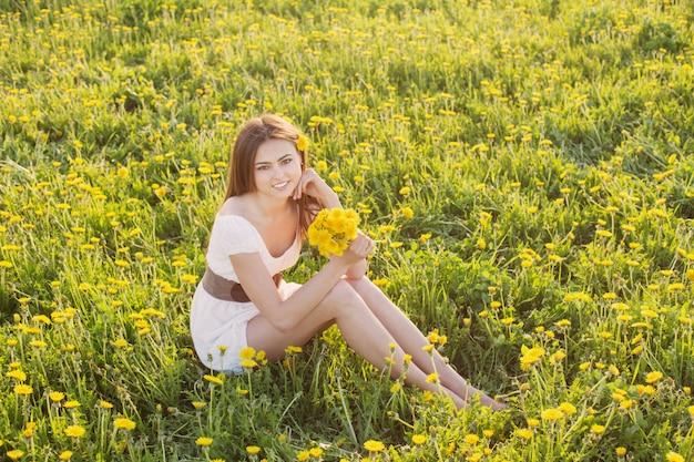 Mujer joven, en un campo