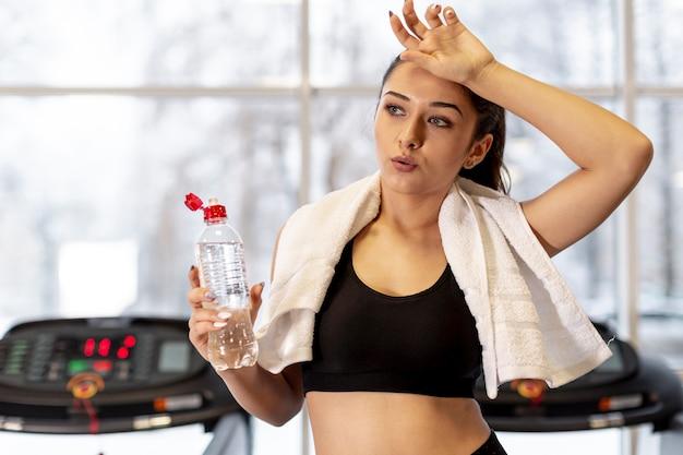 Mujer joven cansada de entrenamiento