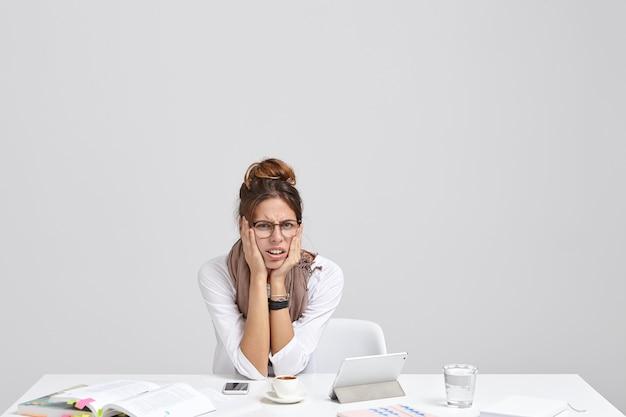 Mujer joven cansada trabaja horas extras