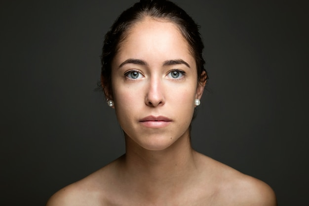 La mujer joven con la cara de la belleza. aislado en blanco.